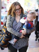 http://img127.imagevenue.com/loc487/th_620135492_HilaryDuff_takes_son_to_a_doctors_appointment21_122_487lo.jpg