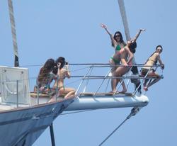 http://img127.imagevenue.com/loc84/th_106798435_KendallKylie_Jenner_BikiniDominicanRepublic_March29_2012_9_122_84lo.jpg
